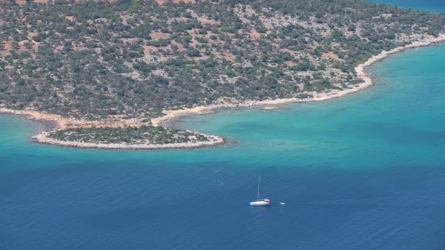 vídeos de stock, filmes e b-roll de ws aerial view of coastline and turquoise-colored / peloponnese, greece - atracado