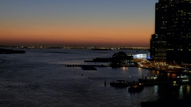 ws aerial view of coastline with skyline of lower manhattan looking toward staten island / new york, united states - フェリーターミナル点の映像素材/bロール