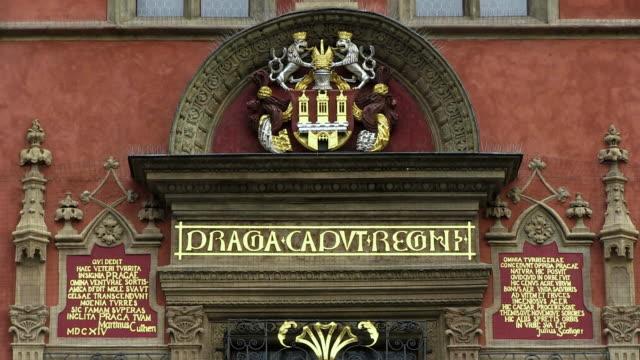 ms view of coat of arms on old town hall / prague, hlavni mesto praha, czech republic - プラハ旧市庁舎点の映像素材/bロール