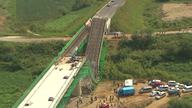 vidéos et rushes de  ws aerial view of collapsed bridge by heavy rainfall / paju, kyonggi-do province, south korea  - pont