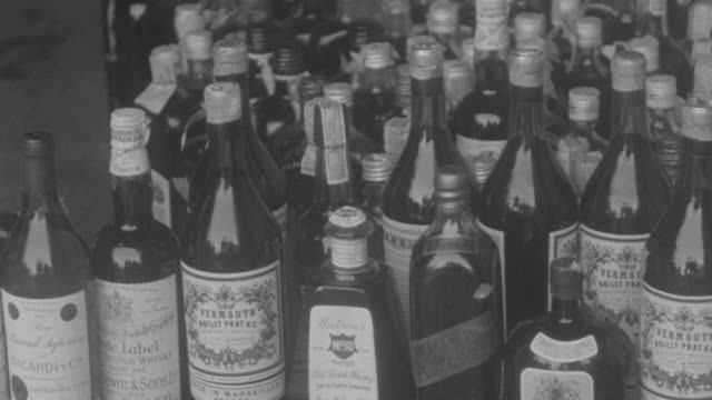 vídeos de stock, filmes e b-roll de ms pan view of collection of liquor bottle during prohibition - criminoso