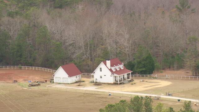 vídeos de stock, filmes e b-roll de ws aerial view of colonial style house / georgia, united states - grupo pequeno de animais