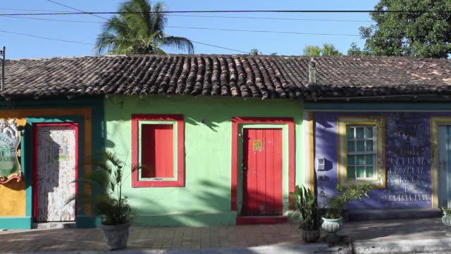 vídeos y material grabado en eventos de stock de ws view of colorful houses in bahia city square / arraial d'ajuda, bahia, brazil - bahía