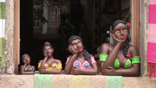 stockvideo's en b-roll-footage met ms view of colorful puppets on window / ouro preto, minas gerais, brasil - vrouwelijke gestalte