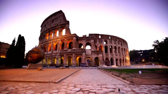 stockvideo's en b-roll-footage met uitzicht op het colosseum in rome in schemerlicht, italië - colosseum