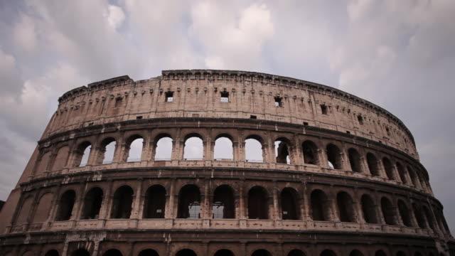 ws t/l view of colosseum / rome, lazio, italy  - colosseo video stock e b–roll