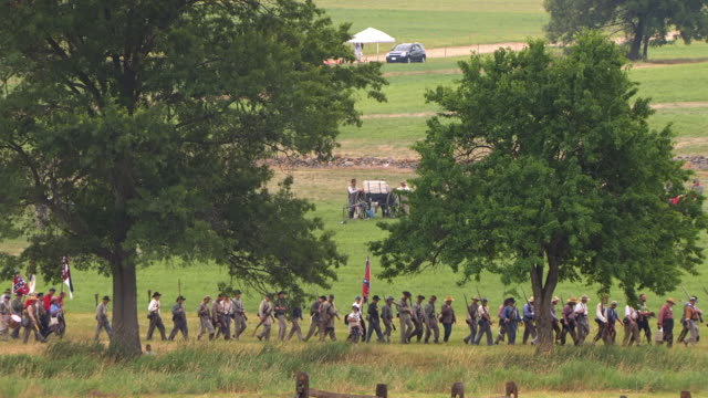 vidéos et rushes de ws view of column of confederate soldiers walking in gettysburg / gettysburg, virginia, united states - armée des états confédérés