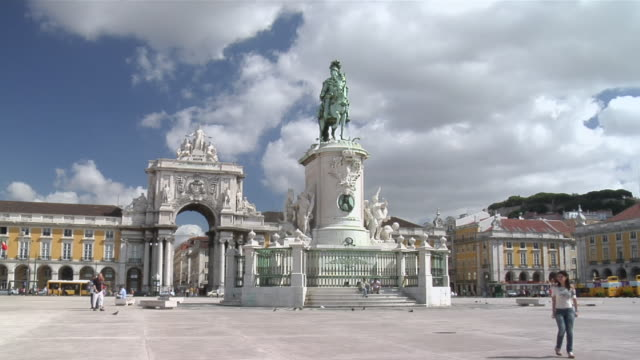 ws view of comercio square with background people / lisbon, portugal - animal representation stock videos & royalty-free footage