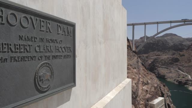 vídeos de stock, filmes e b-roll de view of commemorative plaque and view from hoover dam wall, nevada/arizona border, united states of america, north america - represa hoover
