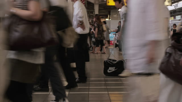 ws t/l view of commuters at shinjuku station / tokyo, shinjuku, japan - 鉄道のプラットホーム点の映像素材/bロール