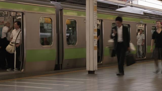 ws t/l view of commuters at shinjuku station / tokyo, shinjuku, japan - 列車点の映像素材/bロール