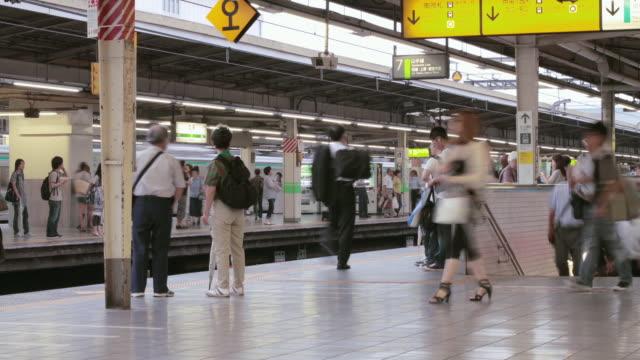 ws t/l view of commuters at shinjuku station / tokyo, shinjuku, japan - railway station platform stock videos & royalty-free footage