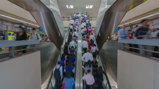 ms t/l view of commuters on escalator in busy mrt, public train stations / singapore - rolltreppe stock-videos und b-roll-filmmaterial