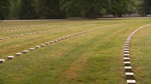 stockvideo's en b-roll-footage met ws pan view of concentric rings of soldiers graves at national cemetery in gettysburg / gettysburg, pennsylvania, united states - gettysburg