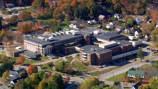 vídeos y material grabado en eventos de stock de ms aerial zo view of concord high school with autumn color trees / new hampshire, united states - edificio de enseñanza