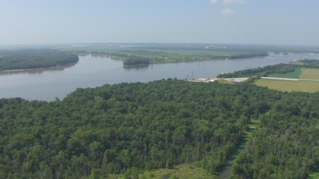 ws aerial view of confluence of missouri and mississippi rivers / missouri, united states - 西方拡大点の映像素材/bロール