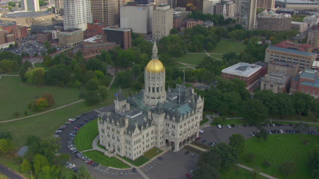ws aerial pov view of connecticut state capitol building with cityscape / hartford, connecticut, united states - connecticut bildbanksvideor och videomaterial från bakom kulisserna