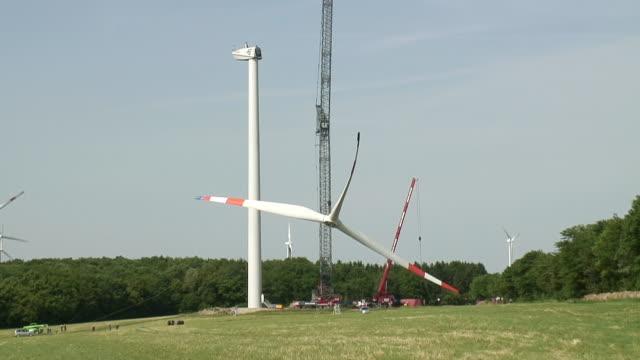 ws t/l view of construction of wind turbine / kirf, rhineland palatinate, germany - lama oggetto creato dall'uomo video stock e b–roll
