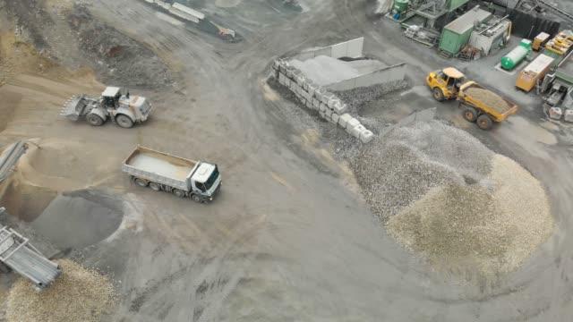 stockvideo's en b-roll-footage met mening 360 van bouw trucks werken in een steengroeve - steengroeve