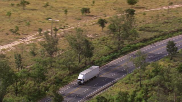 vídeos de stock, filmes e b-roll de ws aerial ts view of container moving on highway / minas gerais, brazil - caminhão