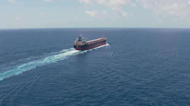 vídeos de stock e filmes b-roll de ws aerial zi view of container ship in ocean / queensland, australia - navio cargueiro