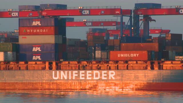 vídeos de stock e filmes b-roll de ws view of container terminal cta / hamburg, germany  - escrita ocidental