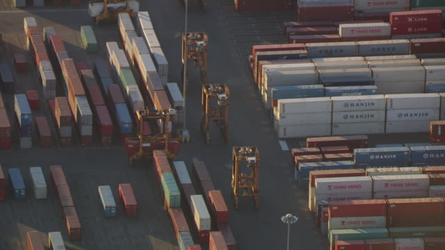ws aerial view of container transporters moving through container terminal at elizabeth marine terminal at port / newark, new jersey, united states - container stock-videos und b-roll-filmmaterial