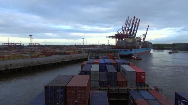 vídeos de stock, filmes e b-roll de ws t/l pov view of container vessel moving towards container terminal in river elbe, harbour of hamburg, germany / hamburg, germany - rio elbe
