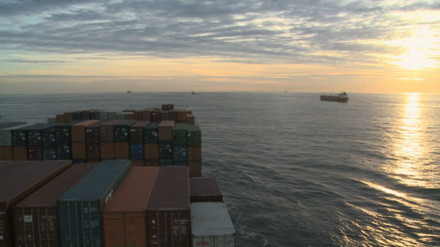 vídeos y material grabado en eventos de stock de ws view of container vessel on sea at dusk / english channel, north sea, europe - canal de la mancha