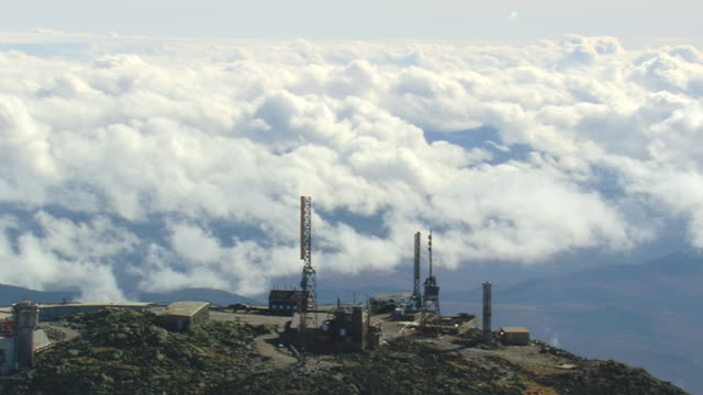 vidéos et rushes de ws aerial ds view of control tower at top part of white mountain national forest / new hampshire, united states - tour de contrôle