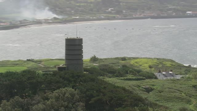 vidéos et rushes de ms aerial ds zo view of control tower to island / guernsey, channel isles - tour de contrôle