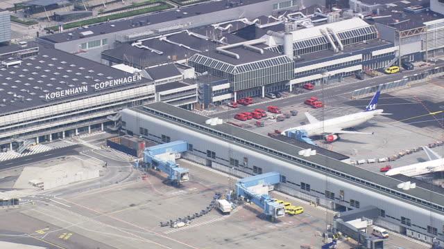 ws aerial zo view of copenhagen airport (kastrup) / copenhagen, denmark - köpenhamn bildbanksvideor och videomaterial från bakom kulisserna