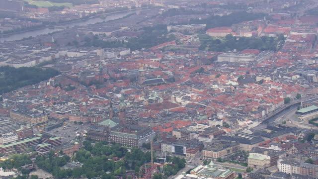 vídeos de stock e filmes b-roll de ws aerial view of copenhagen center / copenhagen, denmark - região de oresund