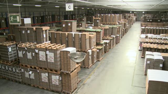 ws pan view of corrugated paper mill warehouse / werne, north rhine westphalia, germany - halle gebäude stock-videos und b-roll-filmmaterial