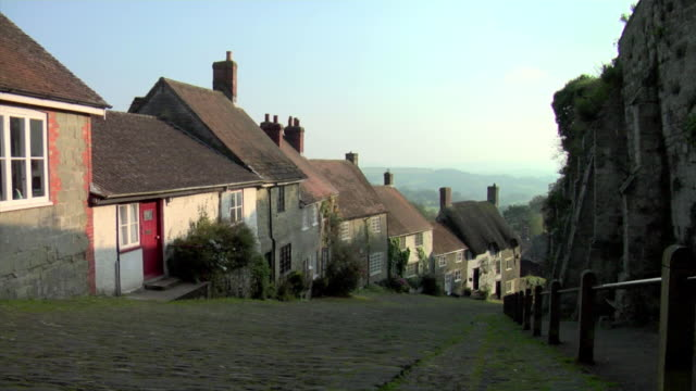 ws view of cottages down gold hill / shaftesbury, england - landhaus stock-videos und b-roll-filmmaterial
