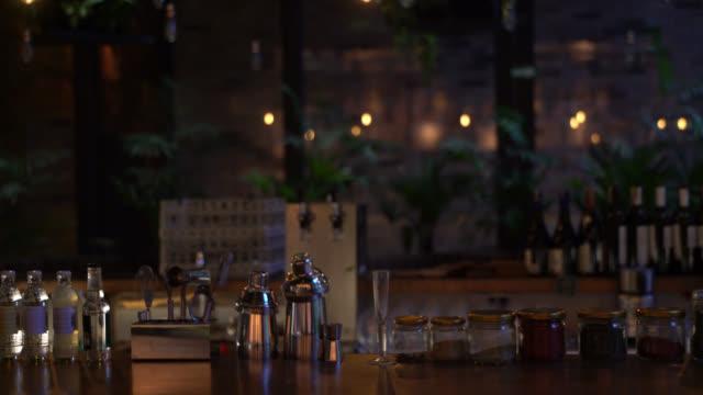 レストランのカウンター バーの表示 - スナック点の映像素材/bロール