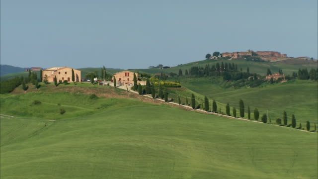 MS View of Country road in tuscan countryside with country house  and country village / Siena, Tuscany, Italia