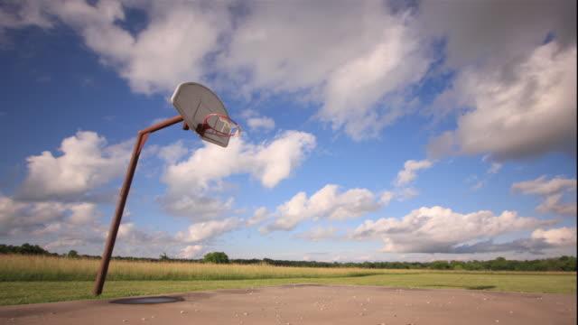 vídeos de stock e filmes b-roll de ws pan t/l view of court with basketball hoop / picher, oklahoma, usa - quadra desportiva