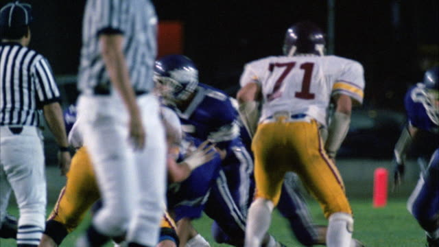 vidéos et rushes de ms pan view of coverage of actual high school football game - 1980 1989
