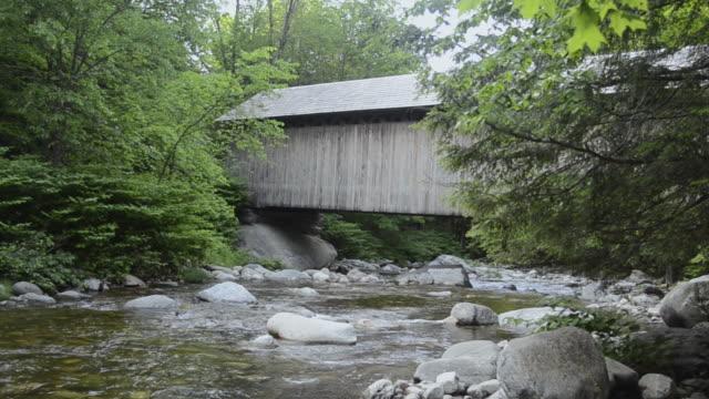 vídeos y material grabado en eventos de stock de ms view of covered bridges over river / shrewsbury, vermont, united states - shrewsbury
