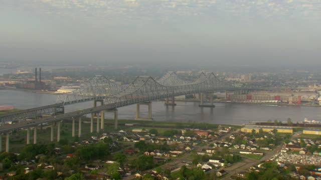 ws aerial view of crescent city connection bridge toward city of gretna / new orleans, louisiana, united states - kantilever bildbanksvideor och videomaterial från bakom kulisserna