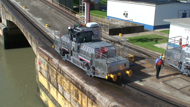 ws view of crossing panama canal / panama canal, panama - panamakanal stock-videos und b-roll-filmmaterial