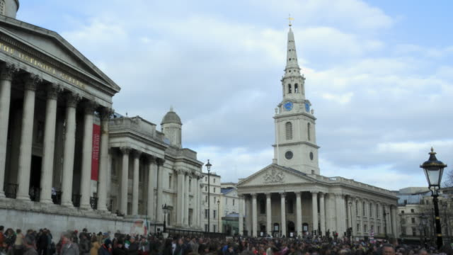 vidéos et rushes de ws t/l view of crowd in front of st. martin-in-the-fields church/ london, england, uk - fronton