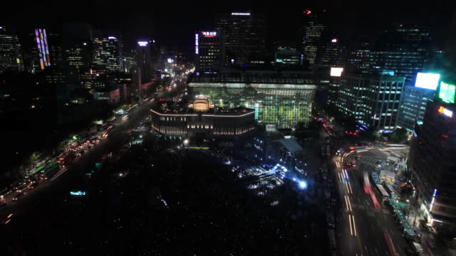 vídeos de stock, filmes e b-roll de ws t/l view of crowd is gathering into seoul cityhall plaza for psy concert / seoul, south korea - praça