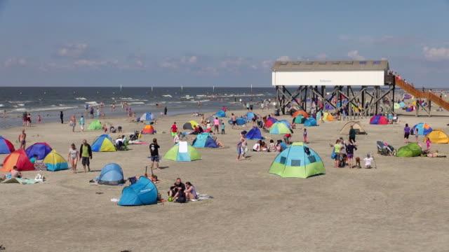 ws view of crowd of people at beach, north sea north frisia, / st. peter ording, schleswig holstein, germany - deutsche nordseeregion stock-videos und b-roll-filmmaterial