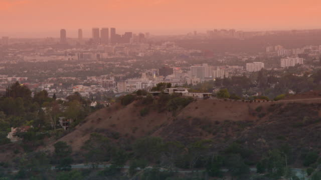 stockvideo's en b-roll-footage met ws view of crowded modern cityscape, trees on hill in foreground / los angeles, california, united states - stilstaande camera
