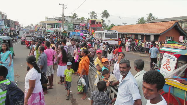 stockvideo's en b-roll-footage met ms pan view of crowds going home after seenigama annual perahera parade is finished / sinigama, southern province, sri lanka - sri lankaanse cultuur