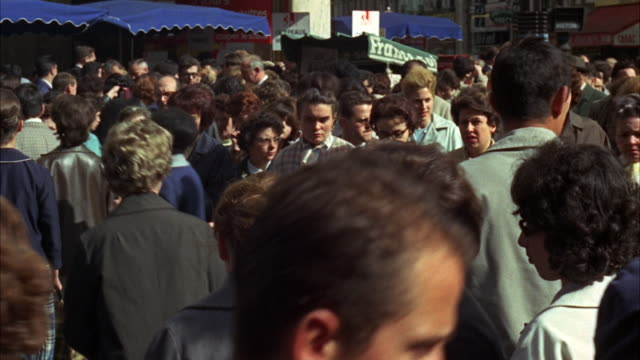 ms view of crowds of people crossing street - kürzer als 10 sekunden stock-videos und b-roll-filmmaterial