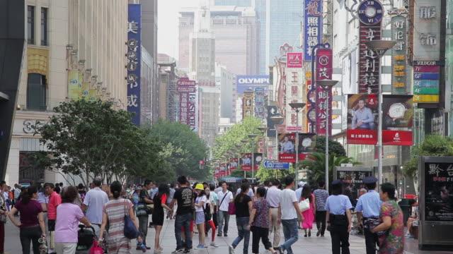 stockvideo's en b-roll-footage met ms view of crowds on nanjing road / shanghai,  china - winkelbord