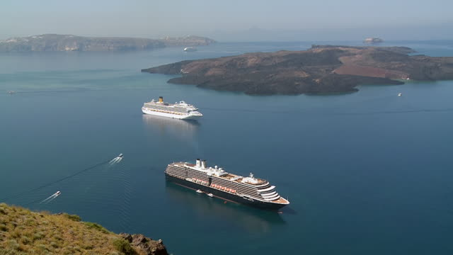 stockvideo's en b-roll-footage met ws view of cruise ships in ocean at caldera / santorini, cyclades, greece - passagiersboot